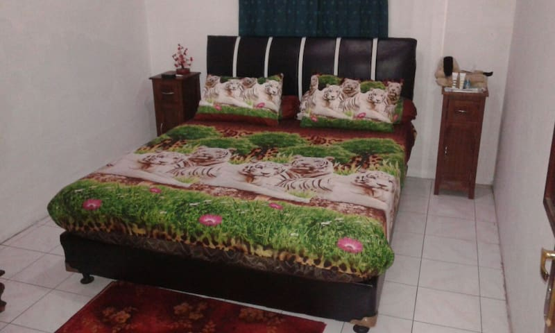1BR w/ Fan+ Bfast + Wifi+ Laundry - East Jakarta,near Taman mini (Indo Miniature Park) & Monumen Pancasila Sakti Lubang Buaya - Bed & Breakfast