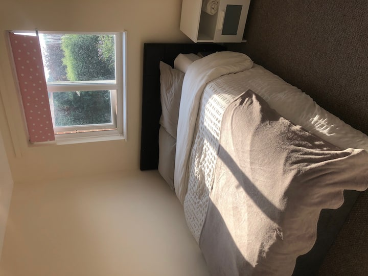 Quiet Double bedroom in friendly house