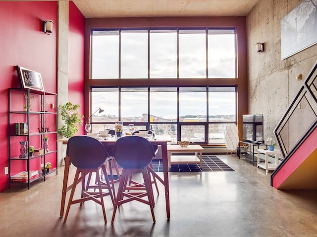 ★LONG-STAY DISCOUNT★ | Penthouse Loft w/ Parking!★