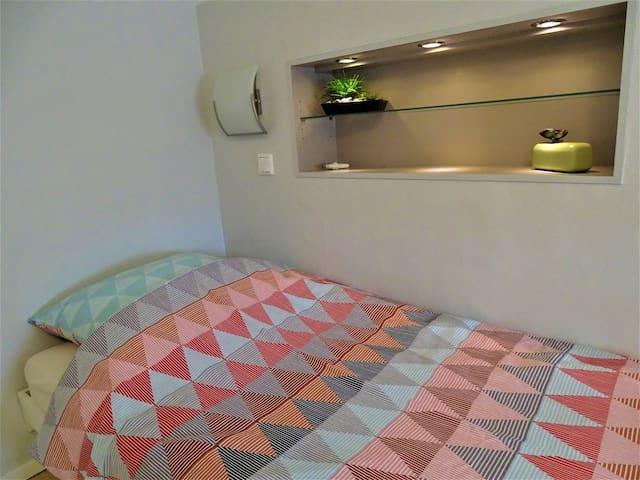 Single room (bathroom shared with  neighboring dbl room)