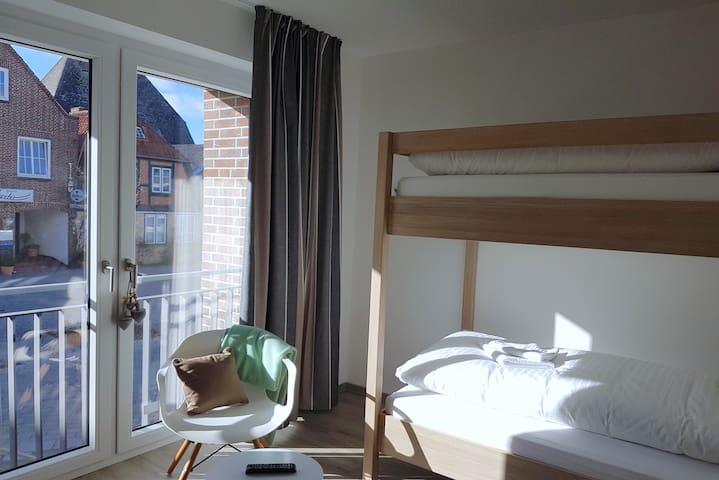 Kinderzimmer mit Etagenbett, TV und Kleiderschrank