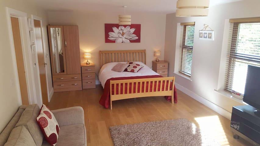 Salterton Suites - Spacious En-suite Family Room