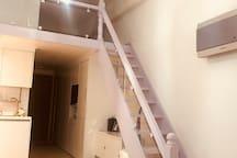 복층 위로 올라가는 계단입니다.  에어컨도 보이네요~