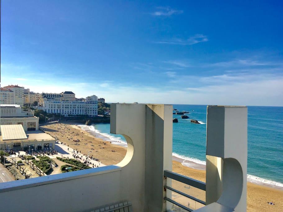 Terrasse s'avançant vers la Grande Plage avec vue panoramique.