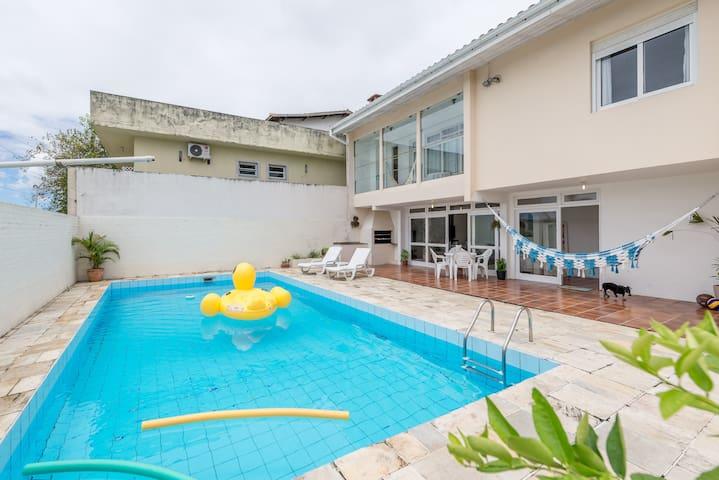 Estrutura de lazer. Churrasqueira, piscina , espreguiçadeiras, rede para relaxar.