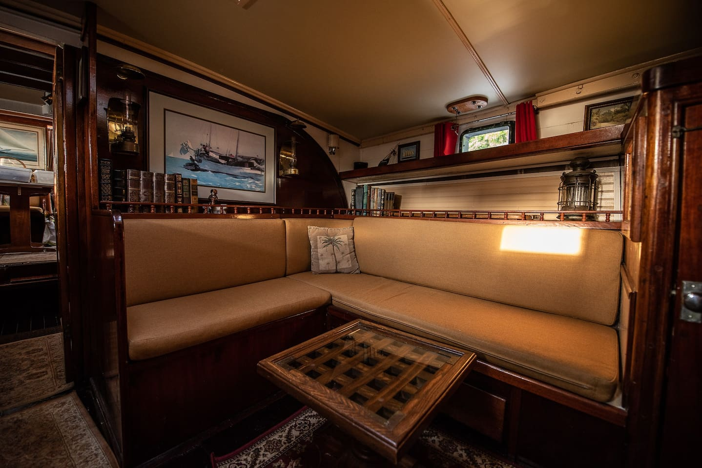 Seating area in the midships cabin