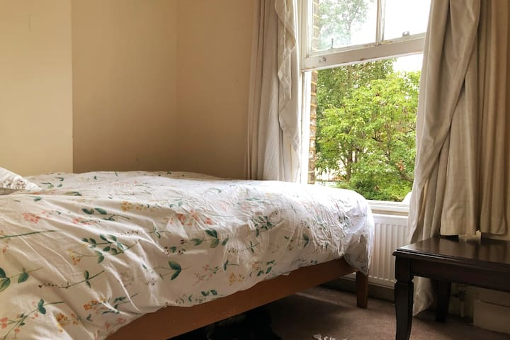Bright, Quiet Kingsize Bedroom in Finsbury Park.