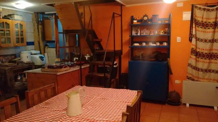 Common place to eat and work/Vista de mesa comun para ambos huéspedes para comer y trabajar