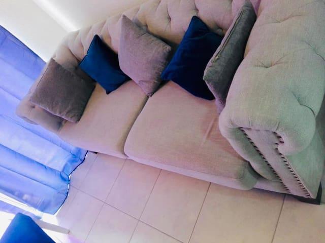 Amplio sofa, que puede ser utilizado para tener una dulce noche de descanso, totalmente cómodo.
