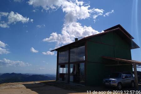 Chalé no topo da montanha - condomínio fechado