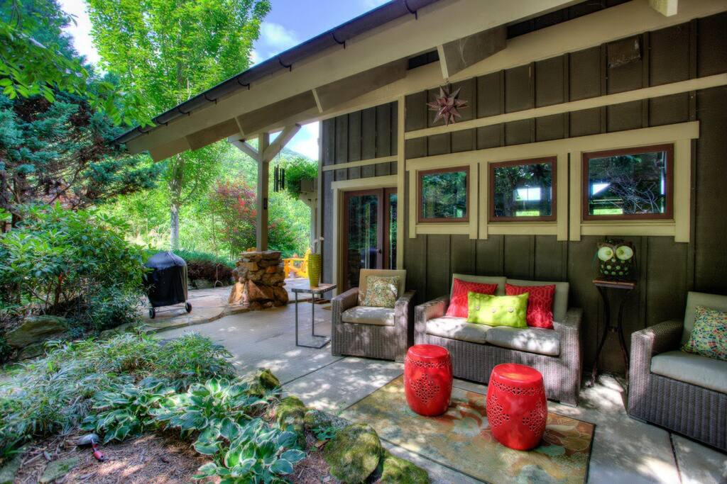 Outdoor living space and quiet privacy await you at Snowball Mountain Hideaway.