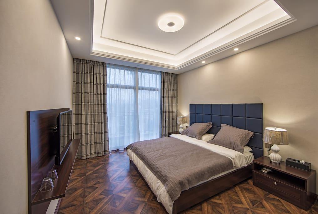 邑水家的大床房:1.8米的慕思床垫配上康尔馨六星级的床上用品,为你旅行添份家的舒适!