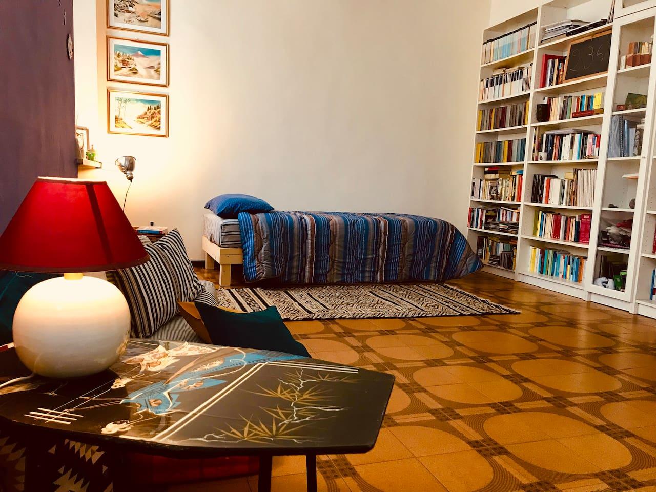 il letto nuovissimo e un'offerta di libri per tutti i gusti!