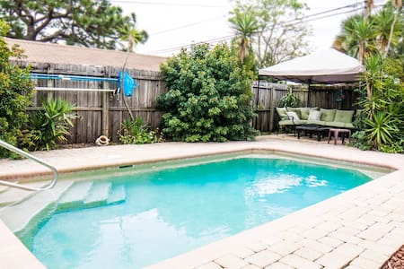 Pool House w/Hot Tub Close to Downtown and Beaches