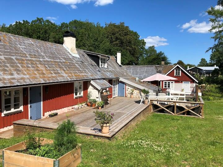 Skånelänga m. stor härlig uteplats på Österlen