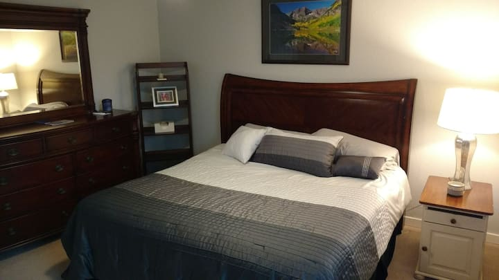 Private bedroom in great location near Red Rocks!
