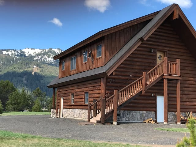 LAKEFRONT CABIN close to Tamarack Resort!
