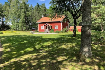Mysigt hus mitt i naturen