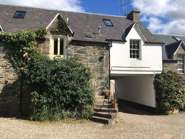 Couthie Cottage, a traditional and cosy home, in Birnam