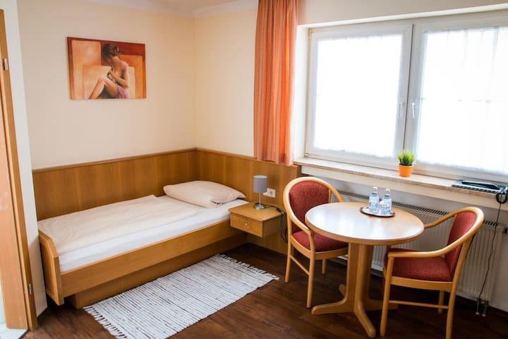 """Gasthof """"Zum Ochsen"""" (Waldstetten), Zweibettzimmer komfortabel ausgestattet, in ruhiger Lage"""