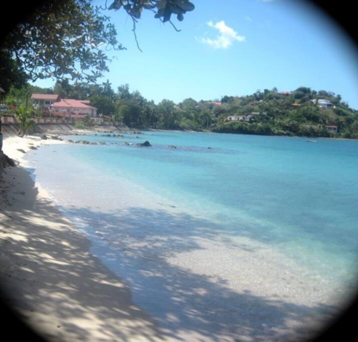 la plage de l'anse Mitan en face la résidence