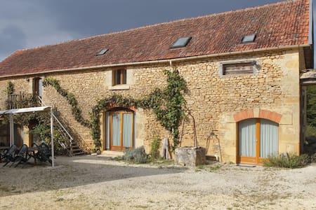les tours de Bombel - ch. Lascaux - Saint-Amand-de-Coly