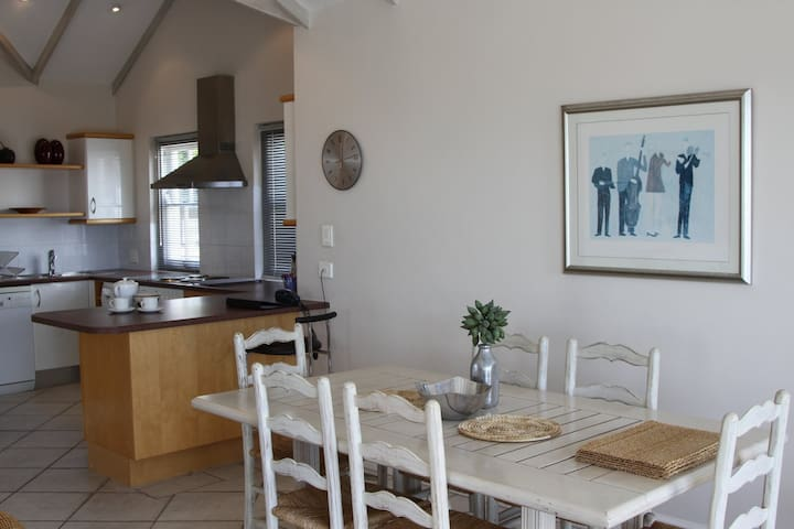 Top Floor Apt  (at street level) - Cape Town - Apartment