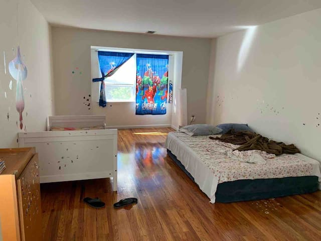 Big Bedroom near Metropark Train Station