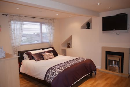 Cosy Loft Hideaway Bedroom with Private En-Suite - Waterloo