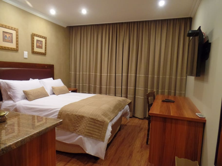 Ground floor non-smoking rooms (18m²), with a standard double bed, en suite with shower