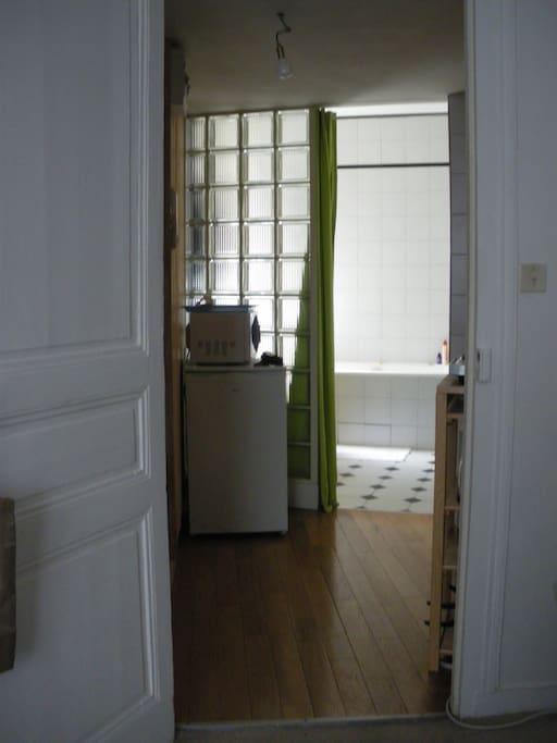 Salle de bains, séparée de la kitchenette par des pavés de verre