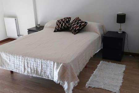 Amplia habitación con baño y garaje - Santovenia de Pisuerga, Castilla y León, ES