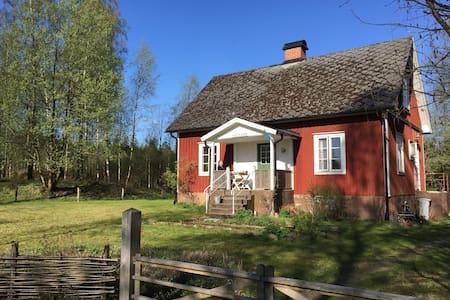 Traditionel, funktionel torp nær sø - Tingsryd SV
