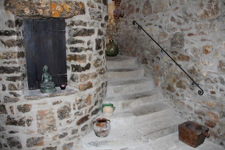 Habitación grande,  cama  de 2x2, casa año 1734, - Copons - บ้าน