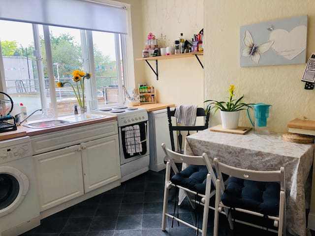 Cosy Clean Large Double Bedroom 2 mins from tube !
