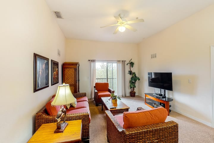 5th floor condo w/ sauna, shared pools, hot tub, gym, balcony, near theme parks