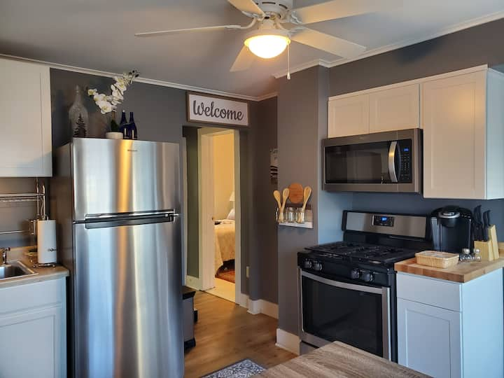 Trifecta Bungalow, Close to Town, Track, Sleeps 6