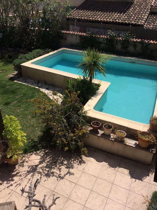 Photo du jardin piscine prise de la terrasse de la chambre parentale