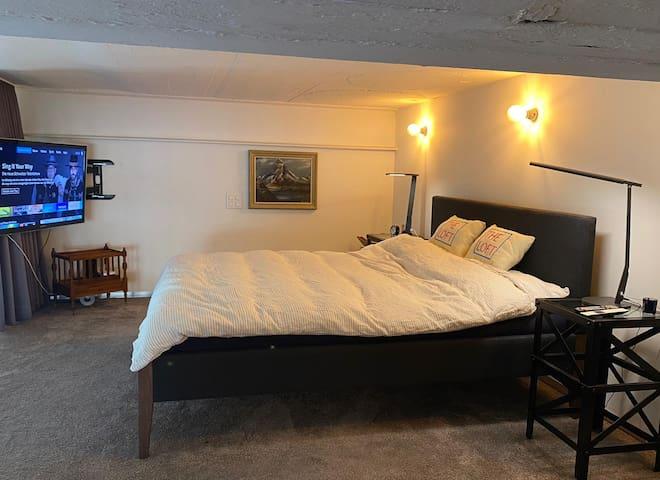 Galerie mit Kingsize Bett. Der Schlafbereich kann mit einem Vorhang abgedunkelt werden.