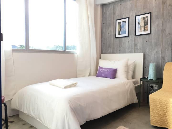 Room 8 *Cozy Bright Room & Breakfast in GADONG*