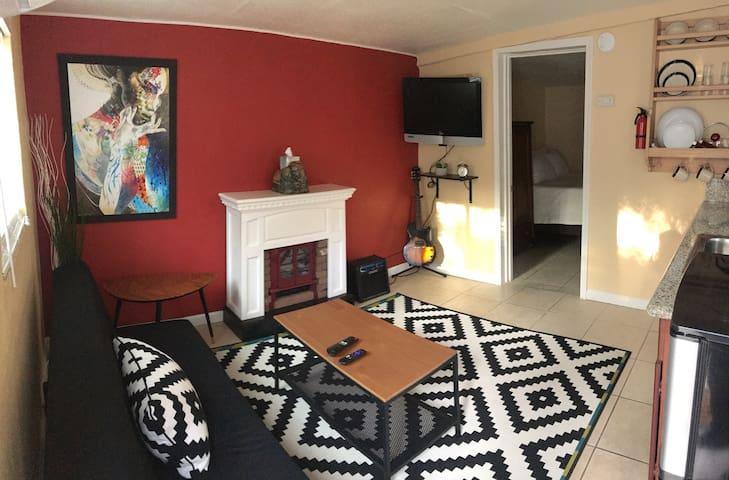 Cozy Private Guesthouse in Land Park, Downtown Sac