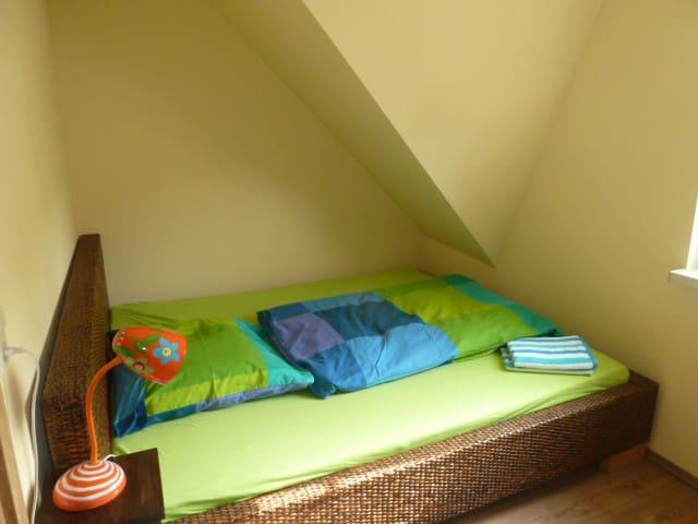 Schlafzimmer 2 mit Doppelbett 1,80 mal 2,00 Meter