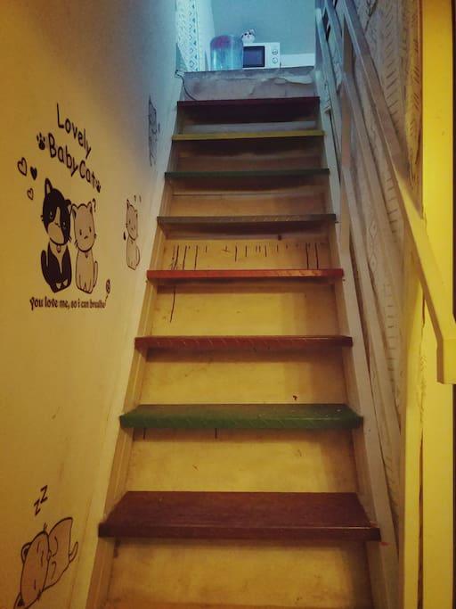 去往二楼的楼梯充满童趣