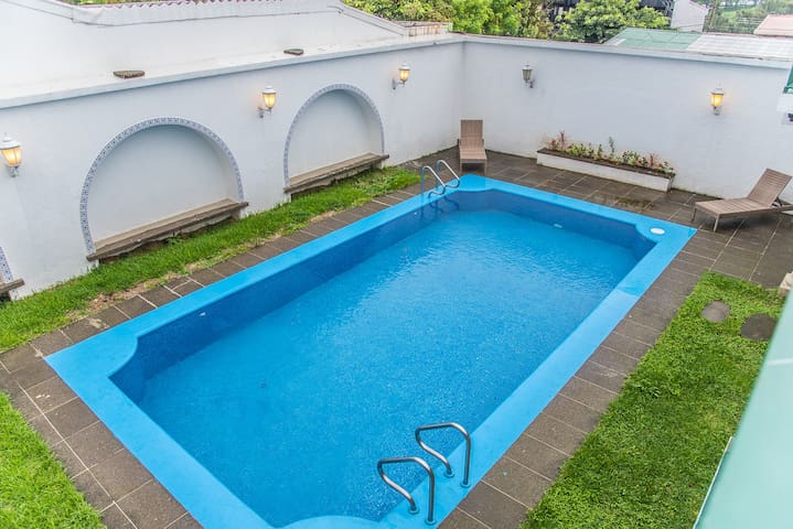 Completely Renovated 3 BR Apt with Pool and Sauna