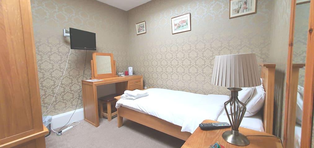 Twin Room in Tudor Style B & B - Cornerstone