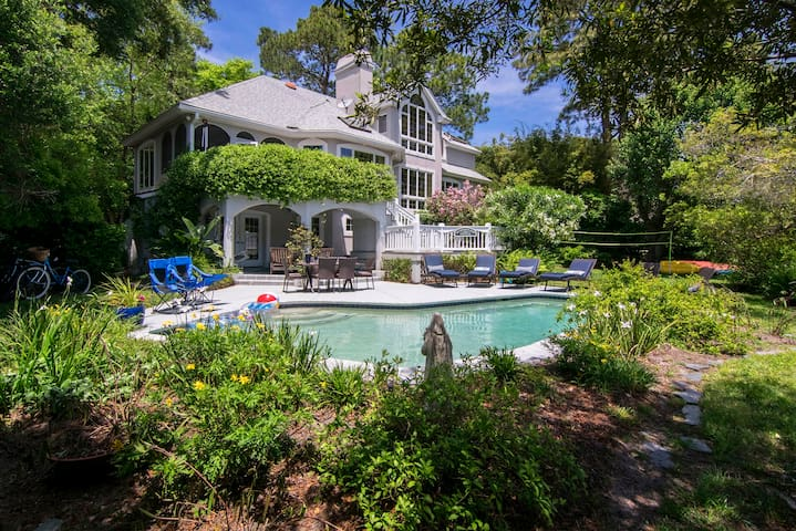 Large luxury waterfront with kayaks, dock, pool!