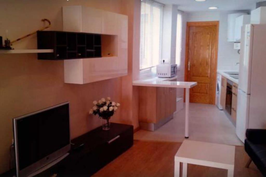 Salón, al fondo la cocina