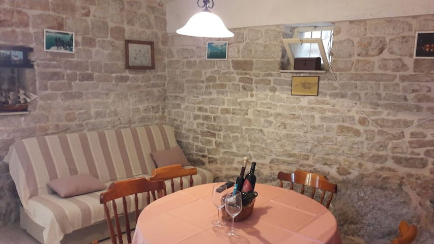 cosy stone house for 2-6 - Zlarin - Appartement