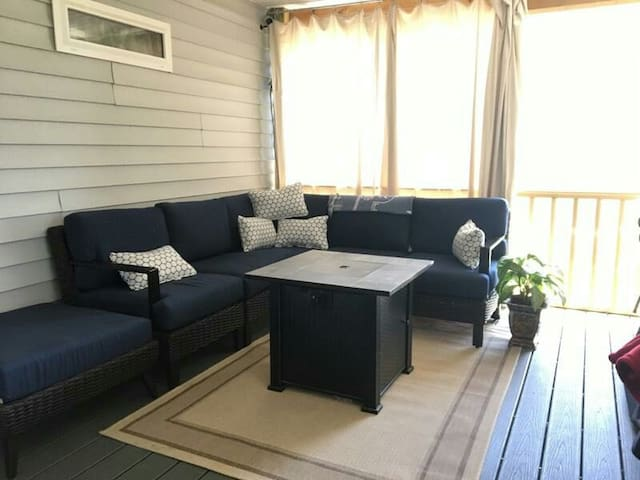 North Shore cozy 2 bedroom with screen in deck