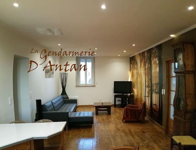 La Gendarmerie D'Antan - Jumilhac-le-Grand - Appartement